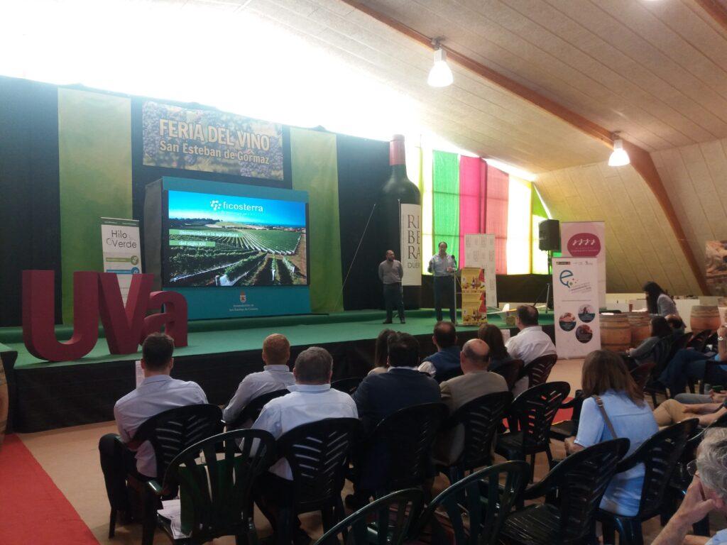 Equipo de Ficosterra presentando los abonos y fertilizantes a base de algas para potenciar la productividad en el cultivo de viña
