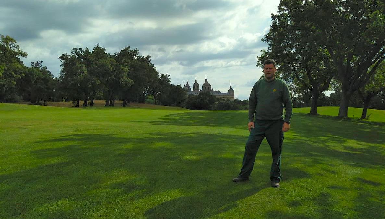 Rostyslav Rudenko, greenkeeper del Real Club de Golf La Herrería, con un alto grado de satisfacción con los resultados, lleva un año utilizando el producto ficosagro para mantener y enriquecer el césped de los campos.